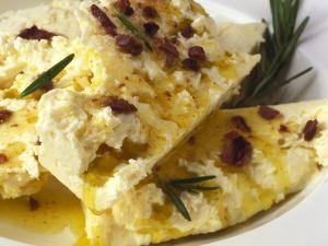 Marinierter Schafskäse mit Oliven Rezept