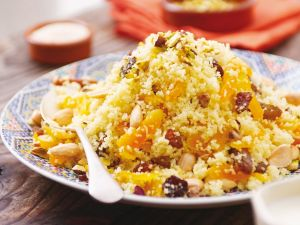 Marokkanischer Couscous mit Trockenobst und Nüssen Rezept