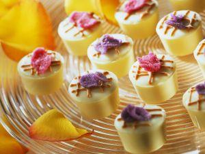 Mascarpone-Cassis-Pralinen mit kandierten Blütenblättern Rezept