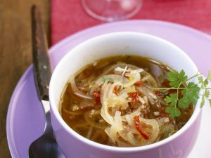 Mediterrane Zwiebelsuppe mit Kapern und getrockneten Tomaten Rezept