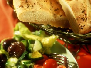Mediterraner Salat mit Fladenbrot Rezept