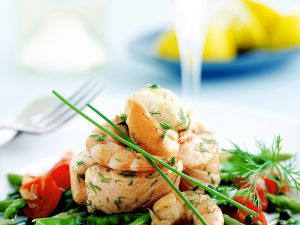 Meeresfrüchte auf Spargel-Tomatensalat Rezept