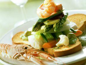 Meeresfrüchte, Fisch und Gemüse auf Zwieback Rezept