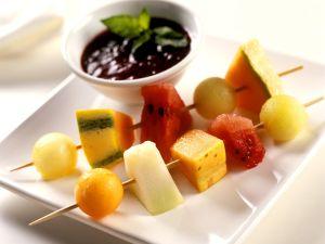 Melonen-Spieße mit Beerensauce Rezept