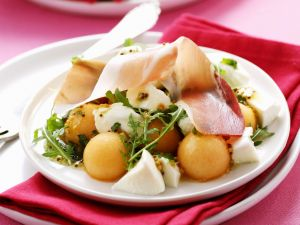 Melonensalat mit Mozzarella, Schinken und Senfvinaigrette Rezept