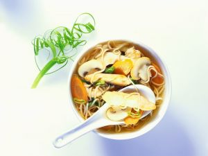 Mie-Nudelsuppe mit Hähnchen Rezept