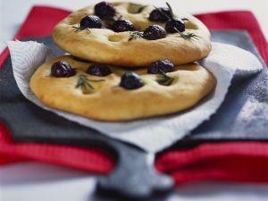 Mini-Focaccia mit Oliven Rezept