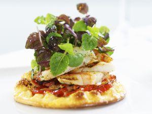 Mini-Pizza mit gebratenen Garnelen und Kräutern Rezept