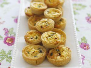 Mini-Quiches mit Feta und karamellisierten Zwiebeln Rezept
