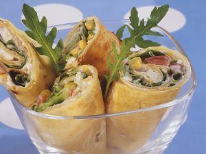 Mit buntem Salat gefüllte Wraps Rezept