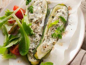 Mit Käse gefüllte Zucchini Rezept