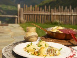 Mit Sauerkraut und Speck gefüllte Teigtaschen Rezept