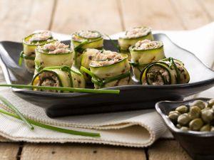 Mit Thunfisch gefüllte Zucchiniröllchen Rezept