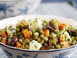 Möhren-Erbsen-Salat mit Schafskäse und Oliven Rezept