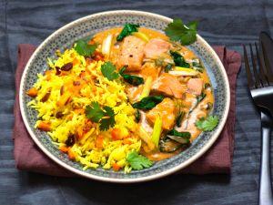 Möhren-Kurkuma-Reis zu Lachs-Kokos-Ragout Rezept