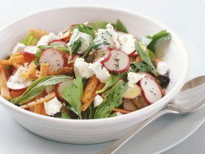 Möhren-Radieschen-Salat mit Ziegenkäse Rezept