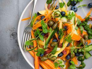 Möhren-Zucchini-Salat mit Blaubeeren Rezept