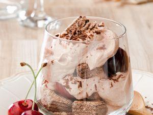Mousse au Chocolat mit Waffeln und Kirschen Rezept