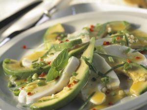 Mozzarella-Avocado-Salat mit Basilikum Rezept