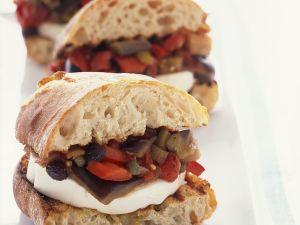Mozzarella-Sandwiches mit Caponata Rezept