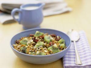 Müsli mit Trockenfrüchten und Kiwi Rezept