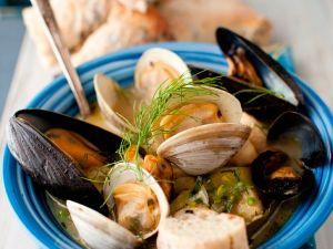 Muscheltopf mit Miesmuscheln, Herzmuscheln und Schellfisch Rezept