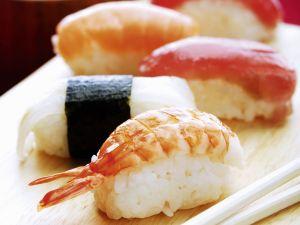 Nigiri-Sushi mit Fisch und mit Garnelen Rezept