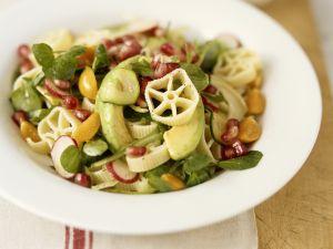 Nudel-Gemüsesalat mit Granatapfelkernen Rezept