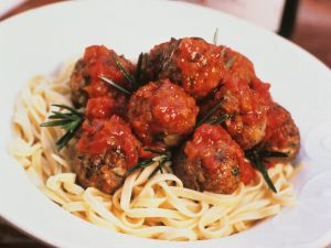 Nudeln mit Fleischbällchen in Tomatensauce Rezept