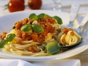 Nudeln mit Thunfisch und Tomaten Rezept