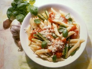 nudeln mit zucchini und tomaten glutenfrei rezept eat smarter. Black Bedroom Furniture Sets. Home Design Ideas