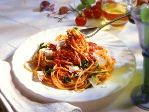 Nudeln mit Tomatensauce und Rucola Rezept