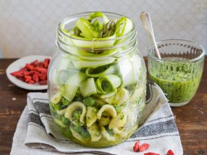 Nudelsalat im Glas mit Spargel und Erbsen Rezept