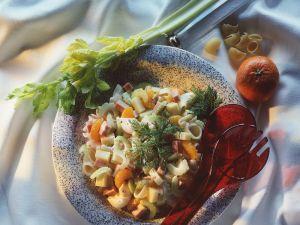 Nudelsalat mit Käse, Mortadella und Mandarinen Rezept