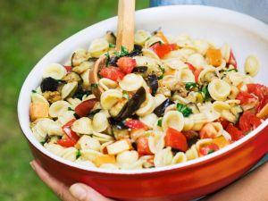 Nudelsalat mit Käse und Auberginen Rezept