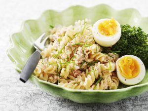 Nudelsalat mit Thunfisch und gekochtem Ei Rezept