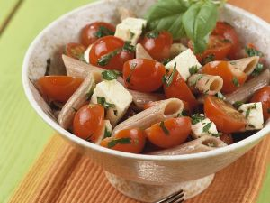 Nudelsalat mit Tomaten und Mozzarella Rezept