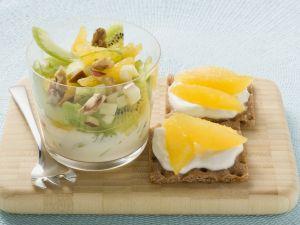 Obst-Sellerie-Salat mit Joghurt Rezept