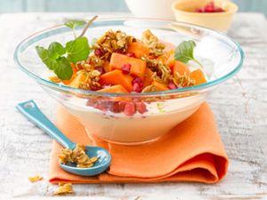 Obstsalat mit Papaya und Granatapfel