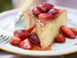 Orangenkuchen mit Erdbeersoße Rezept