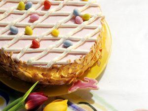 Oster-Torte mit Beeren und Sahne Rezept