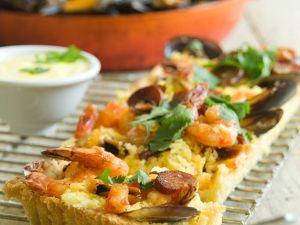 Paella-Tarte mit Garnelen, Muscheln und Hühnchen Rezept