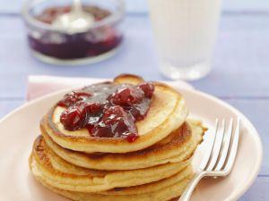 Pancakes mit Buttermilch und Kirschkonfitüre Rezept