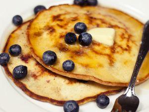 Pancakes mit Kokos, Blaubeeren und Butter Rezept