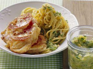 Panierte kleine Kalbsschnitzel nach Mailänder Art (Piccata milanese) mit Pasta Rezept