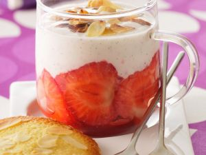 Panna cotta mit Erdberen und Mandeln Rezept