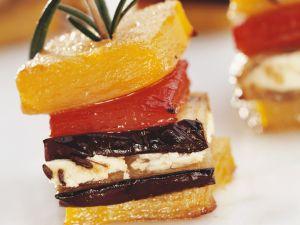 Paprika-Auberginen-Spieß mit Schafskäse auf Rosmarin Rezept