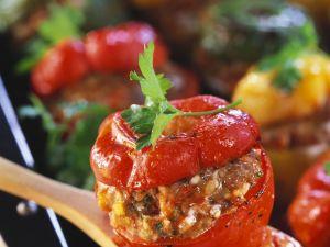 Paprika mit Hackfüllung und Tomatensoße Rezept