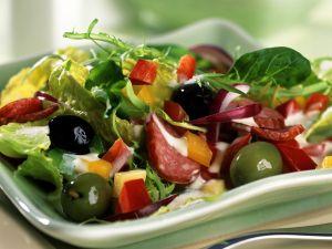 Paprika-Oliven-Salat mit Cabanossi und Kräutercreme Rezept