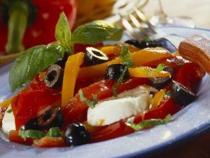 Paprika-Oliven-Salat mit Mozzarella Rezept